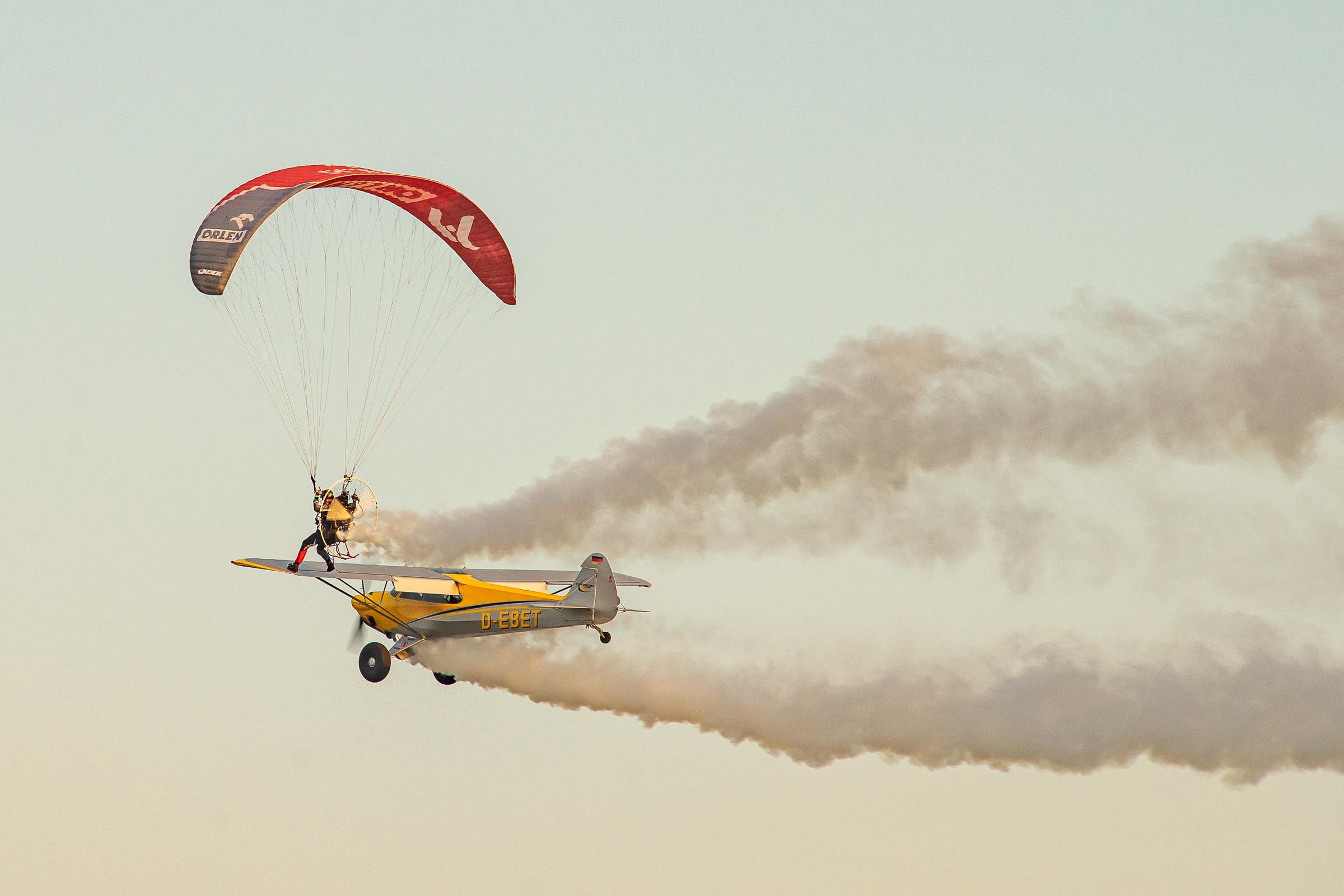 Wojciech Bogdal stojacy na skrzydle samolotu. Fot. Michal Bosek