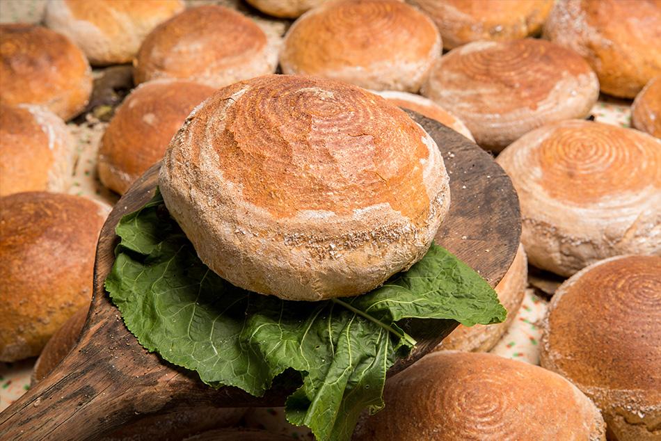 Chleb pieczony na liściach kapusty.