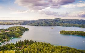 Panorama Jeziora Solińskiego z punktu widokowego w Polańczyku