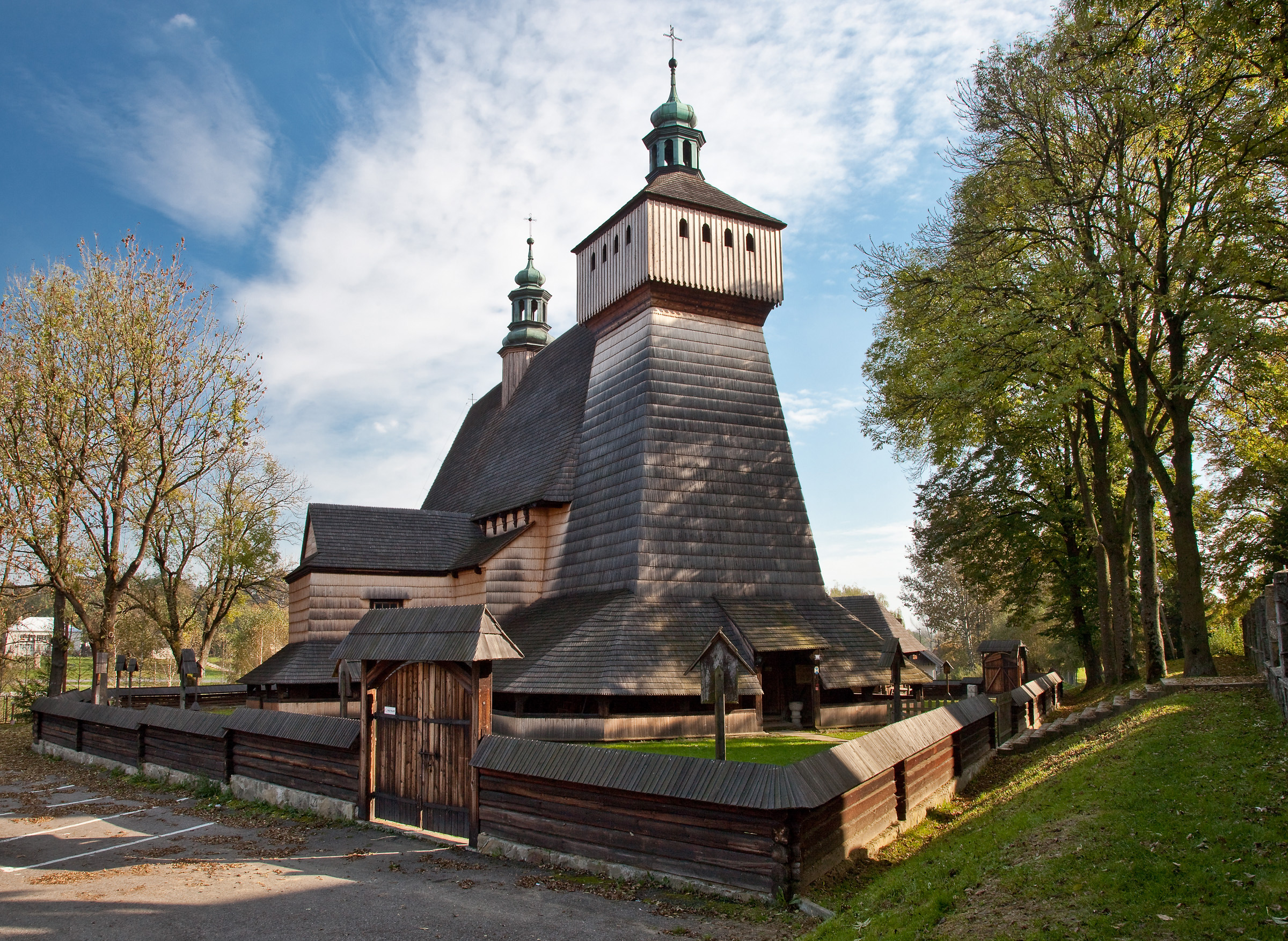 Gotycki drewniany kościół pw. Wniebowzięcia NMP i św. Michała Archanioła w Haczowie. fot. Krzysztof Zajączkowski