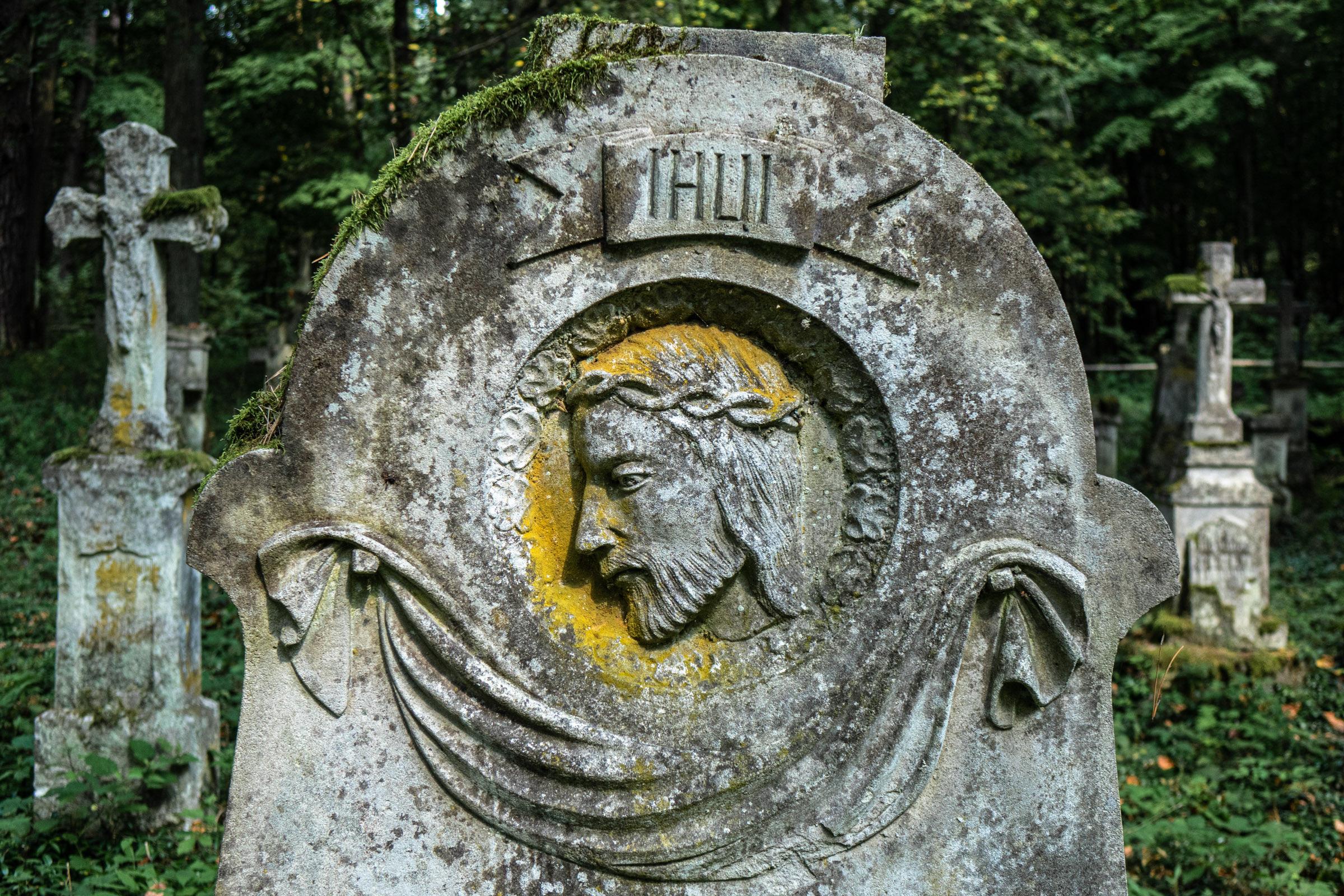 Jeden z nagrobków na cmentarzu w Starym Bruśnie. fot. Krzysztof Zajączkowski.